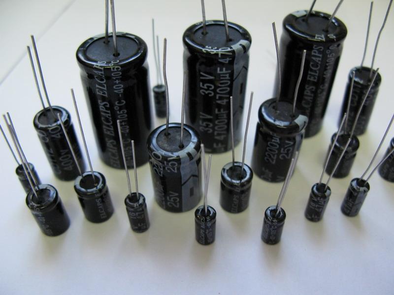 Около обозначения конденсатора